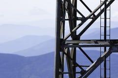 Paisaje de la torre de radio y de la montaña de la investigación Imágenes de archivo libres de regalías