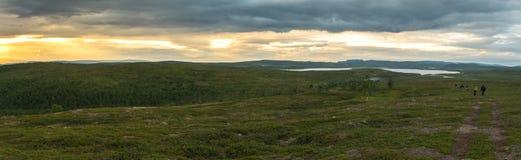 Paisaje de la tundra en la puesta del sol, Finnmark, Noruega Panorama Fotos de archivo libres de regalías