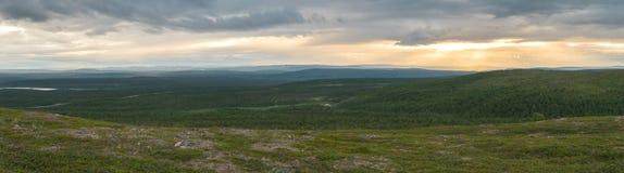 Paisaje de la tundra en la puesta del sol, Finnmark, Noruega Panorama Fotografía de archivo