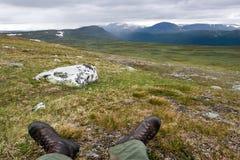 Paisaje de la tundra y Feets del viajero Imagen de archivo libre de regalías
