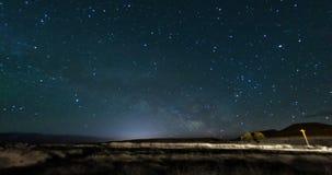 Paisaje de la vía láctea del cielo nocturno almacen de video
