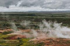 paisaje de la visión aérea con los respiraderos volcánicos debajo del cielo nublado en el valle de Haukadalur fotografía de archivo libre de regalías