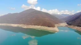 paisaje de la visión aérea 4k del lago, Georgia almacen de video