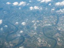 Paisaje de la visión aérea y río de la ciudad de Bangkok del perímetro en Tailandia con la nube Visión desde el avión de aire imágenes de archivo libres de regalías