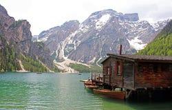Paisaje de Lago di Braies, lago en Italia imagen de archivo