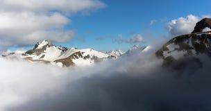 Paisaje de las altas montañas con las nubes Imágenes de archivo libres de regalías