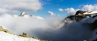 Paisaje de las altas montañas con las nubes Imagen de archivo libre de regalías