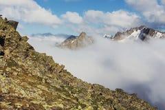 Paisaje de las altas montañas con las nubes Fotografía de archivo