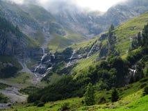 Paisaje de las cascadas en el valle del glaciar de la montaña Foto de archivo