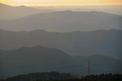 Paisaje de las colinas de la calina Foto de archivo libre de regalías