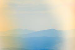 Paisaje de las colinas de la montaña brumosa en la distancia Imagenes de archivo