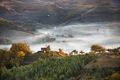Paisaje de las colinas idílicas del campo con niebla el mañana del otoño imagenes de archivo