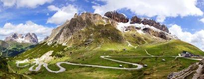 Paisaje de las dolomías con el camino de la montaña. Foto de archivo