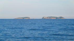 Paisaje de las islas rocosas hermosas, bosques de color verde oscuro cubiertos, visión desde el agua metrajes