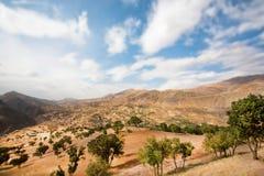 Paisaje de las montañas asombrosas en el tiempo soleado Imagenes de archivo