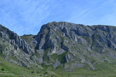 Paisaje de las montañas con el cielo claro Fotos de archivo libres de regalías