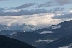 Paisaje de las montañas con las nubes Imagen de archivo
