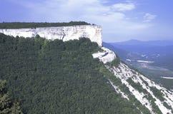 Paisaje de las montañas crimeas de la península con una alta pared de piedra, quizás no del origen natural fotografía de archivo
