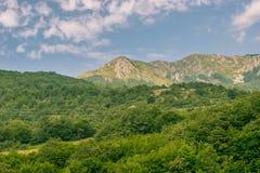 Paisaje de las montañas debajo del cielo de la mañana con las nubes imagen de archivo libre de regalías