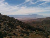 Paisaje de las montañas del desierto con las nubes wispy Foto de archivo libre de regalías