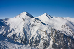 Paisaje de las montañas del invierno en día asoleado imagen de archivo
