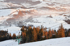 Paisaje de las montañas del invierno en luz de la salida del sol Fotos de archivo libres de regalías