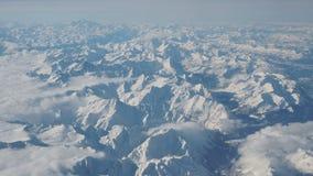 Paisaje de las montañas durante invierno con nieve fresca Visión desde el aeroplano almacen de video