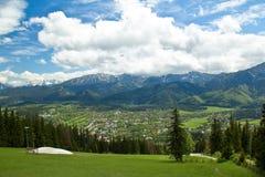 Paisaje de las montañas en el verano, cielo azul nublado de Tatra Fotografía de archivo