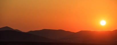Paisaje de las montañas en la puesta del sol Fotos de archivo libres de regalías