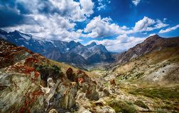 Paisaje de las montañas de la fan y de los lagos rocosos hermosos Kulikalon en Tayikistán fotos de archivo
