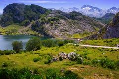 Paisaje de las montañas del verano con el lago Fotografía de archivo libre de regalías