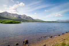 Paisaje de las montañas y del lago de Connemara Imágenes de archivo libres de regalías