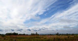 Paisaje de las nubes bajas fotos de archivo