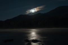 Paisaje de las nubes de estrella de la montaña del río de la luna de la noche fotografía de archivo libre de regalías