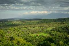 Paisaje de las tierras de labrantío y de las montañas verdes fotos de archivo libres de regalías