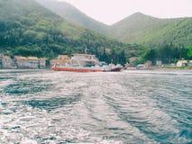 paisaje de las vacaciones de verano de la costa costa de la playa arenosa por el mar adriático Imágenes de archivo libres de regalías