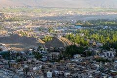Paisaje de Leh y montaña alrededor en el distrito de Leh, Ladakh, en el estado indio del norte de Jammu y Cachemira Imágenes de archivo libres de regalías