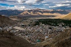Paisaje de Leh y montaña alrededor en el distrito de Leh, Ladakh, en el estado indio del norte de Jammu y Cachemira Fotografía de archivo