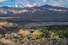 Paisaje de Leh y montaña alrededor en el distrito de Leh, Ladakh, en el estado indio del norte de Jammu y Cachemira Foto de archivo libre de regalías