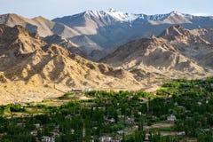Paisaje de Leh y montaña alrededor en el distrito de Leh, Ladakh, en el estado indio del norte de Jammu y Cachemira Imagenes de archivo