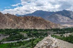 Paisaje de Leh y montaña alrededor en el distrito de Leh, Ladakh, en el estado indio del norte de Jammu y Cachemira Imagen de archivo