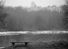 Paisaje de Lituania con el banco y el río en fondo imagen de archivo libre de regalías