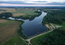 Paisaje de Lituania con el bosque y el lago hermosos en fondo fotografía de archivo