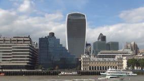 Paisaje de Londres con el edificio moderno cerca del muelle del río Támesis y de las naves turísticas