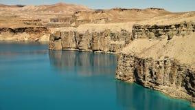 Paisaje de los acantilados de la roca del travertino y del lago azul almacen de metraje de vídeo