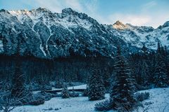 Paisaje de los picos coronados de nieve de las montañas rocosas en tiempo soleado El concepto de naturaleza y de viaje fotos de archivo libres de regalías