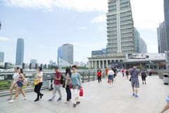 Paisaje de los rascacielos de Shangai en el distrito financiero de Lujiazui en un día nublado en Shangai, China foto de archivo