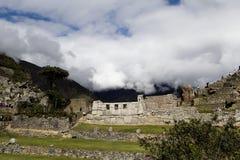 Paisaje de Machu Picchu con los turistas y tres Windows Foto de archivo libre de regalías