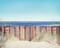 Paisaje de madera de la cerca y de la playa Foto de archivo libre de regalías
