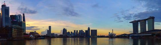 Paisaje de Marina Bay y el centro de ciudad de Singapur en el tiempo de la puesta del sol Imagen de archivo